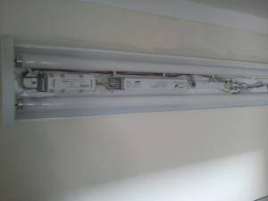 Standartinis šviestuvas su įrengtu avariniu moduliu